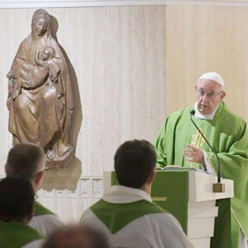 El Papa en Santa Marta: la novedad del Evangelio no admite una doble vida
