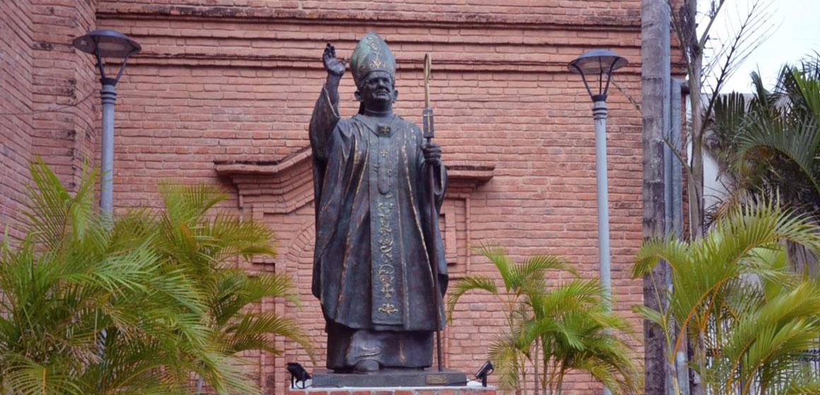 Colocan Monumento del Cardenal Julio Terrazas al lado de la Catedral