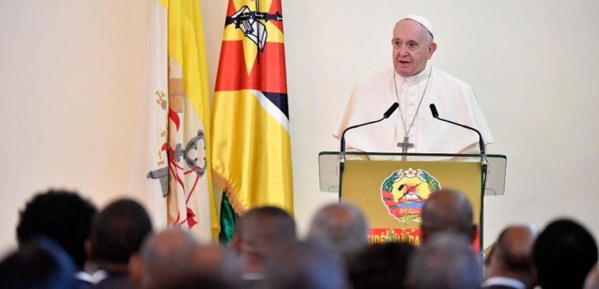 Papa a autoridades: la reconstrucción pide poner a la persona en el centro