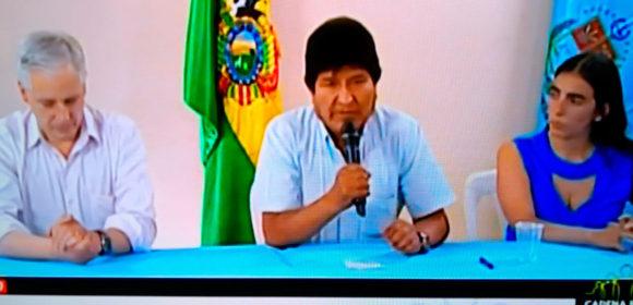 Evo Morales Renuncia a la presidencia, presionado por la protesta social.